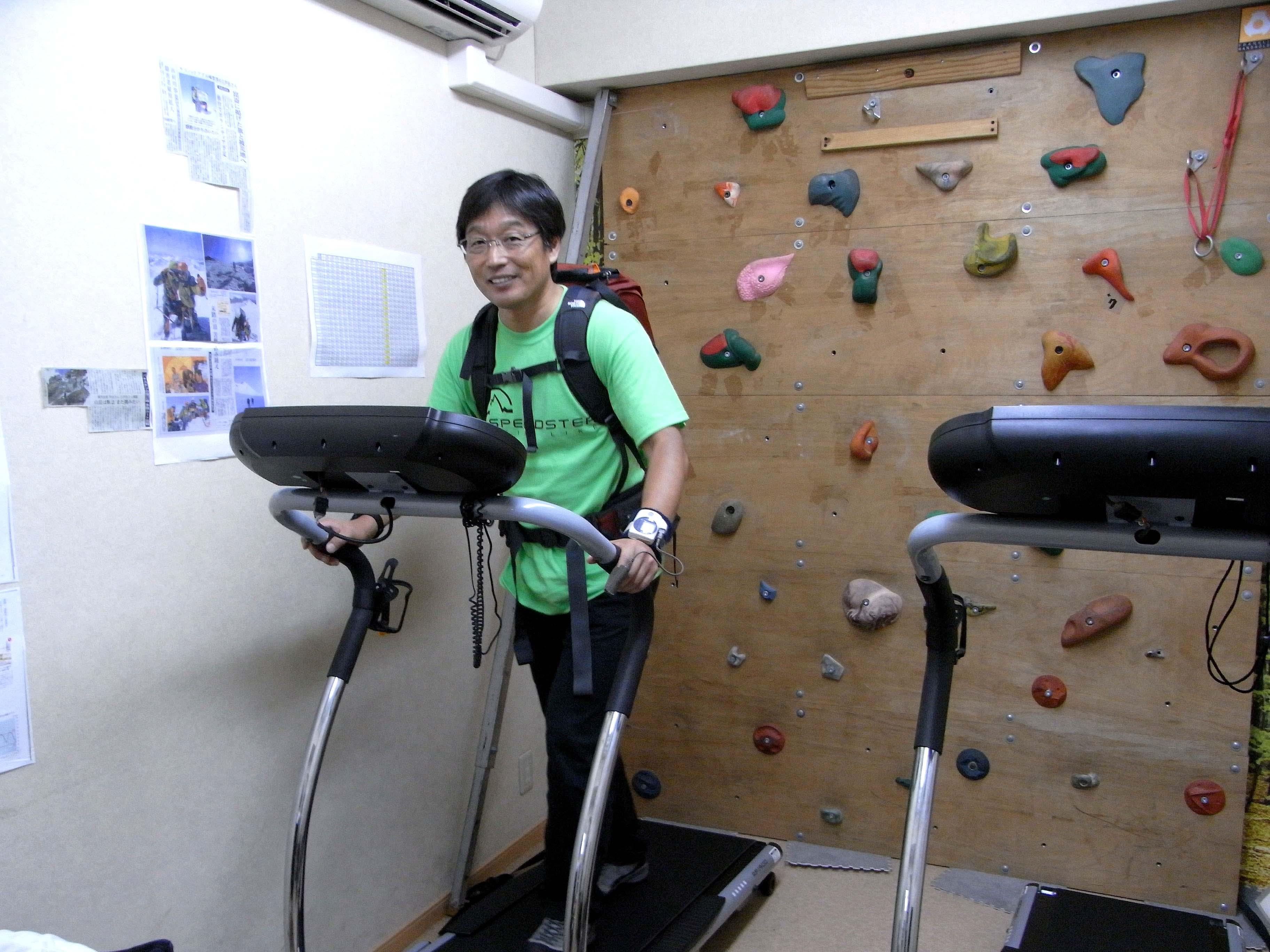 ミウラベースの低酸素室でトレーニング中。楽そうに見えるがけっこうツライ