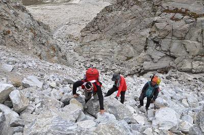 ブロークン氷河のゴルジュ帯を登る