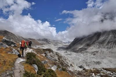 モレーンに登ると正面にカンチェンジュンガ氷河が姿を現わした
