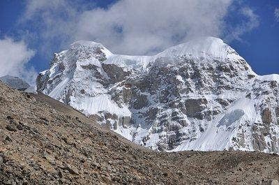 今回、初登頂をめざすアウトライアー東峰(右の丸いピーク)