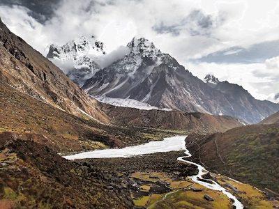 カンバチェンの裏山から集落と山々を望む
