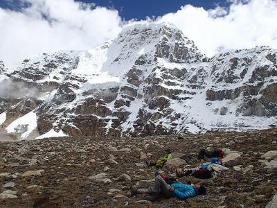 標高5600m地点で高所順応中? の隊員たち。後ろに見える山はドローモ