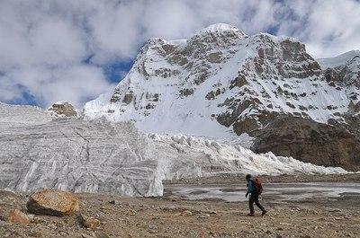 氷河末端付近を行く村上隊員