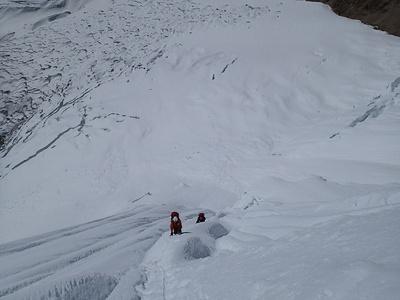 下部雪壁帯を登る村上隊員と本田隊員