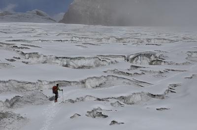 クレバスを避けながら氷河地帯の迷路を行く