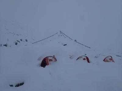 豪雪に閉じ込められたベースキャンプ