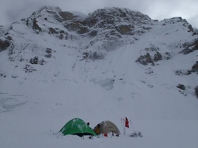 大雪原の丘の上にポツリと設営されたキャンプ2